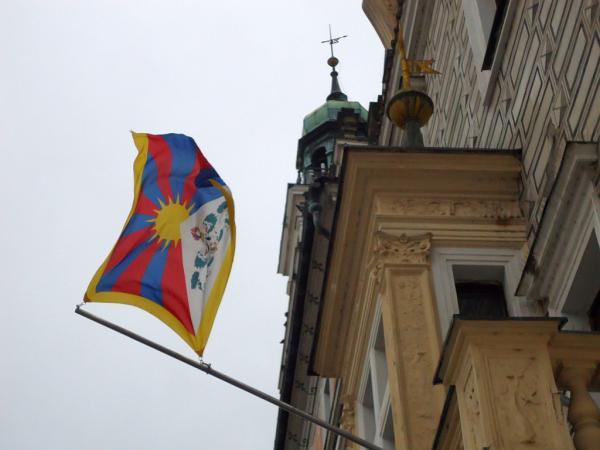 Tibetská vlajka na kolínské radnici | FOTO: Martin Prokop