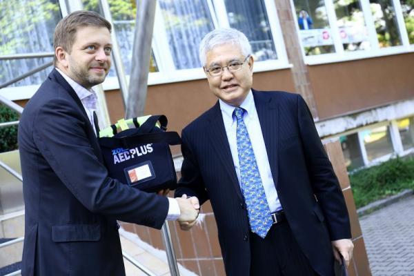 Prezident TPCA Koreatsu Aoki předává starostovi Vítu Rakušanovi ruční defibrilátor