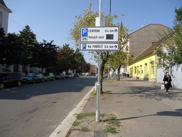 Elektronické tabule informují řidiče, kolik volných parkovacích míst je na Karlově náměstí | FOTO: Martin Prokop