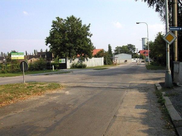Úsek Okružní ulice mezi Mnichovickou a Tovární před patnácti lety | FOTO: Martin Prokop