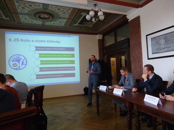 Leden 2017: Ředitel 6. ZŠ Lukáš Kačer v zasedací síni kolínské radnice představuje projekt chytrých klíčenek | FOTO: Martin Prokop