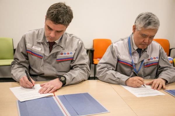 Prezident TPCA Koreatsu Aoki (vpravo) a výkonný viceprezident Eric Brochard potvrzují dohodu v kolektivním vyjednávání | FOTO: TPCA