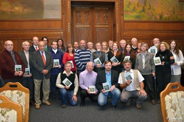 Společné foto všech přítomných autorů.  | FOTO: Petr Pulc